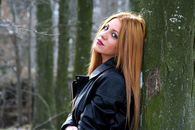 zrzka, strom, černá bunda