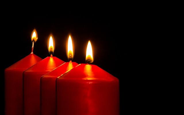 čtyři červené svíčky