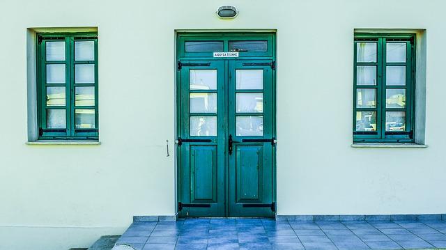 zelené dveře, okna