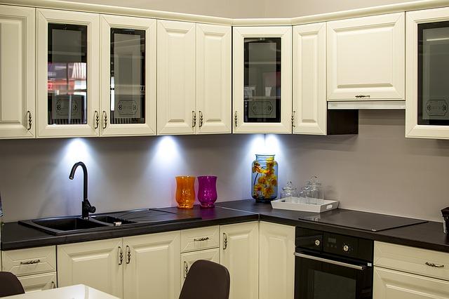 bílá kuchyně, barevné vázy