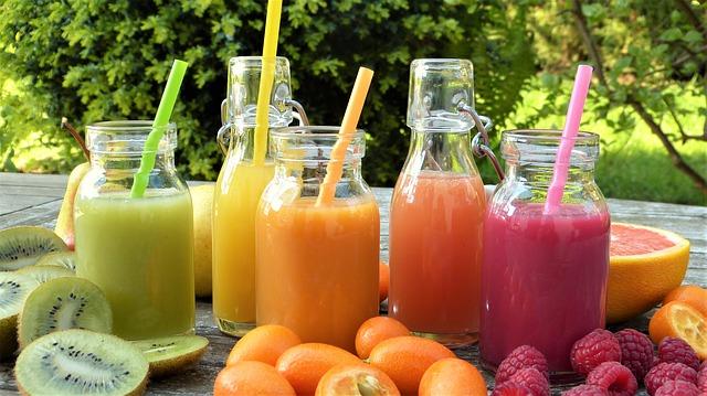 barevné smoothie, ovoce