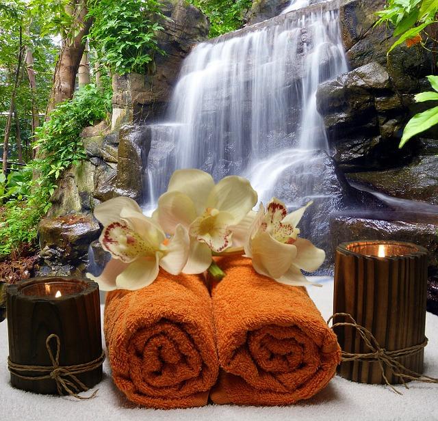 vodopád, ručníky, svíčky