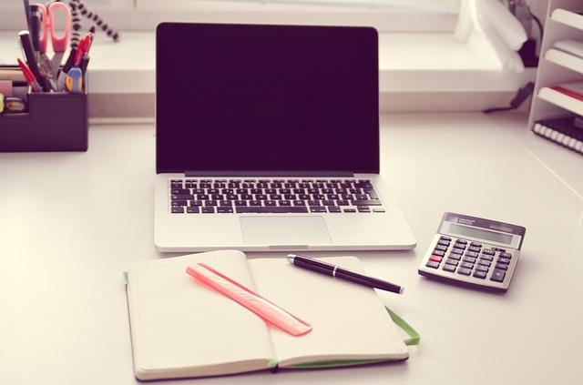 notebook, kalkulačka, sešit, pravítko, propiska