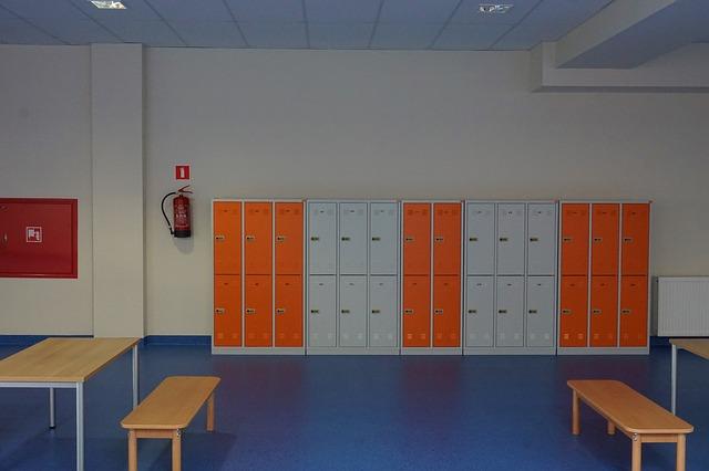 místnost, oranžové a bílé plechové skříňky