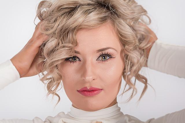 nalíčená žena, blondýnka