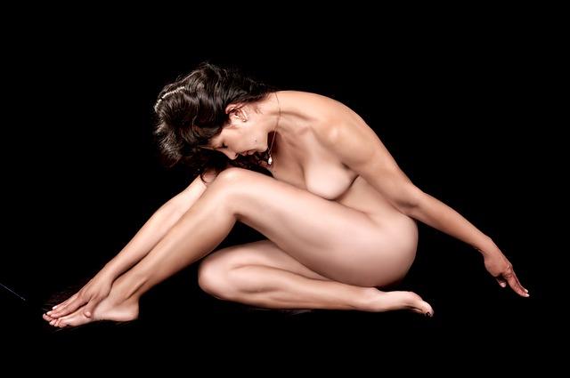 nahá žena, tmavé vlasy