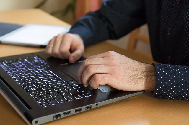 puntíkaté rukávy, notebook, ruce