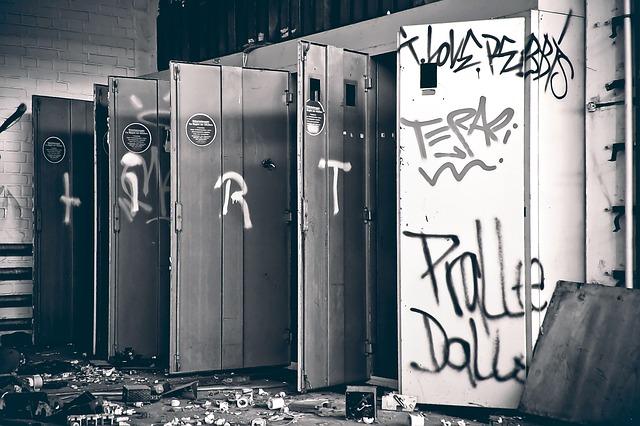 kovové skříně, nepořádek, grafiti