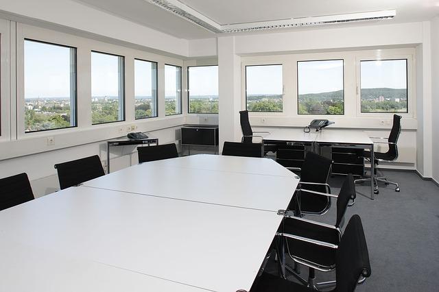 konferenční místnost, židle, stoly