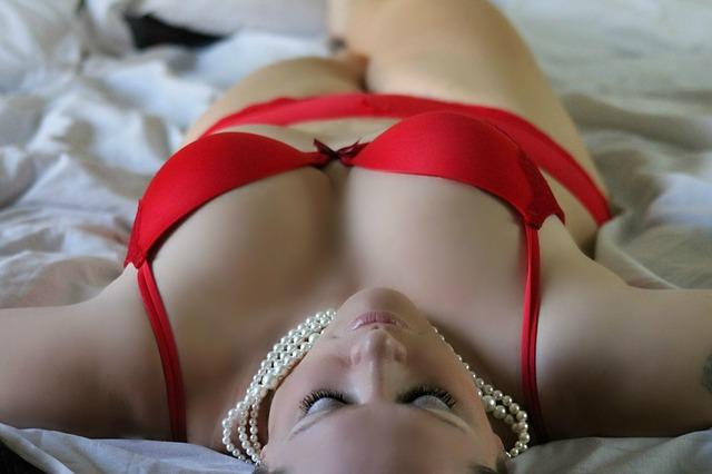 žena, perly, červené prádlo