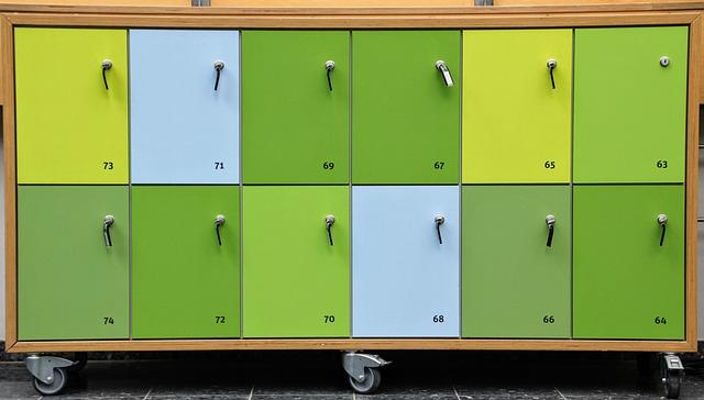 barevné skříně