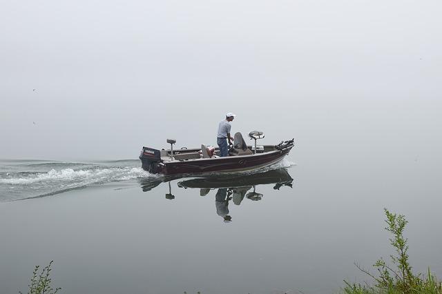 mlhavé ráno a rybář