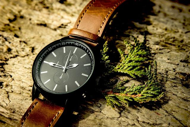 hnědé hodinky