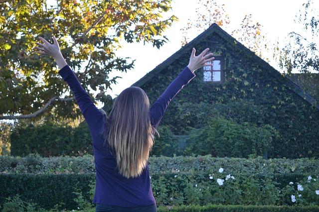 dívka před domem.jpg