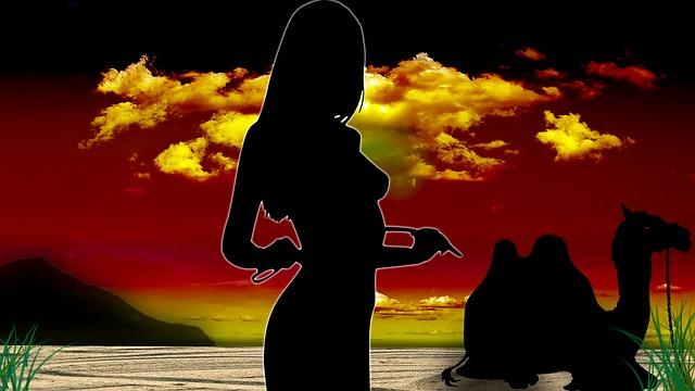 západ slunce, žena a velbloud.jpg