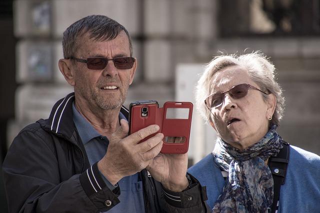 muž a žena prohlížejí telefon v pouzdru