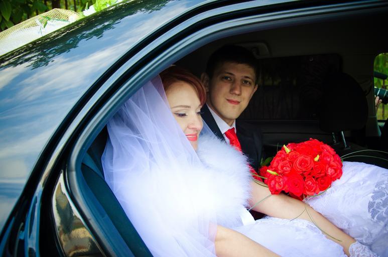 nevěsta se ženichem v autě
