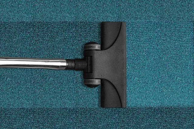 vysávání modrého koberce