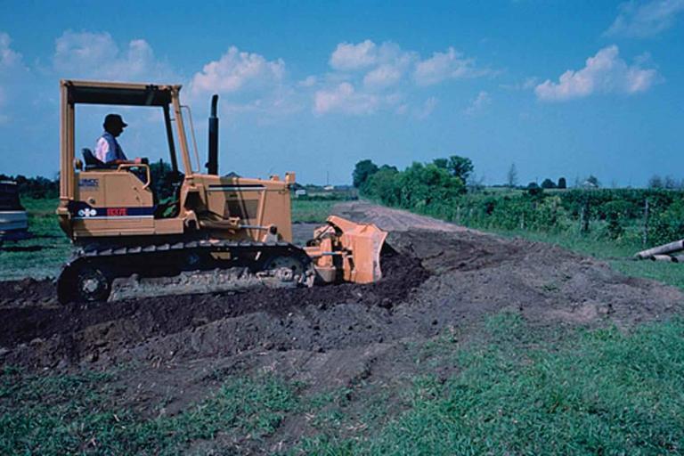 buldozer, který pracuje na pozemku