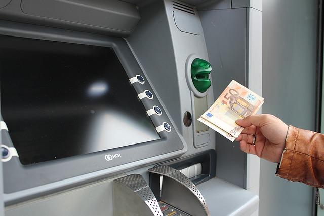vybírání hotovosti z bankomatu