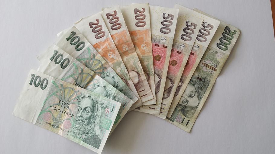 vějíř vytvořený z českých bankovek