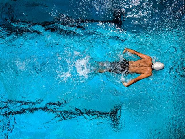 plavec ve velkém bazénu