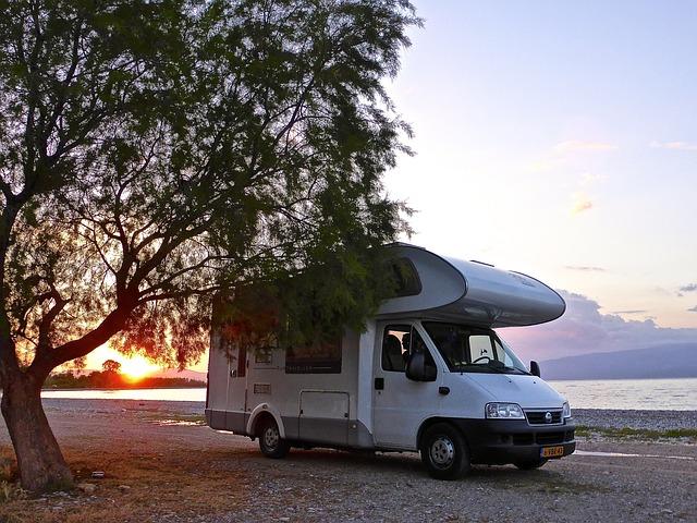 Obytný vůz při západu slunce