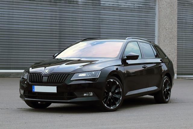 vůz značky Škoda v černé barvě.jpg