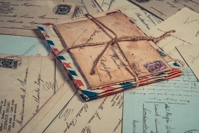 staré papírové obálky