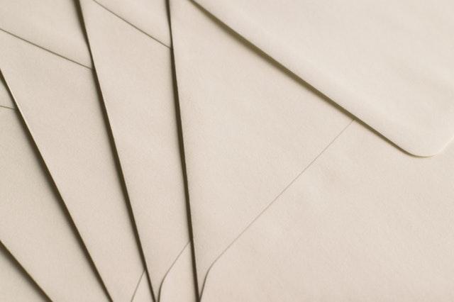 obálky na sobě
