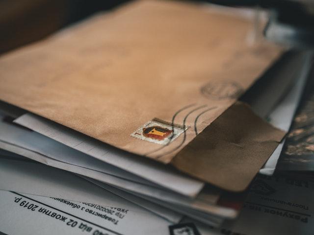 porušená obálka papírová