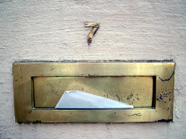 poštovní obálka ve schránce
