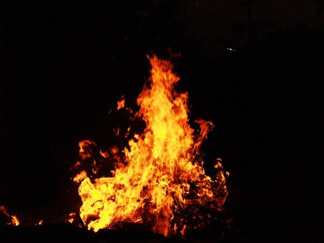 oheň ve tmě