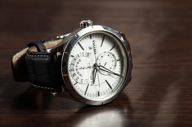hodinky položené na stole