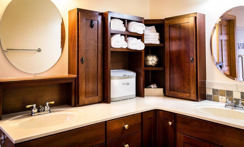 koupelnový nábytek – dřevěné skříňky