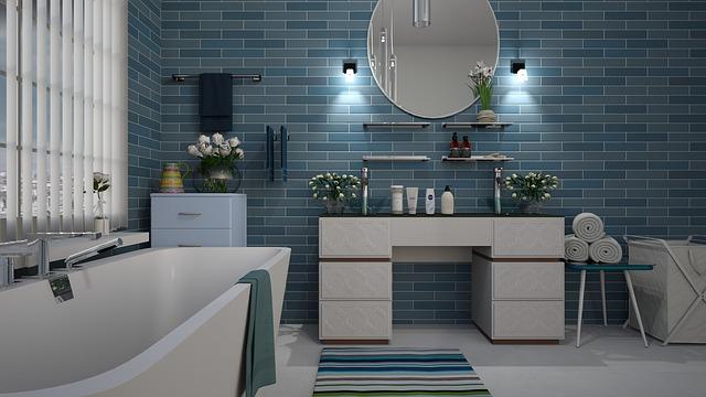 zařízená koupelna kombinace modré bílé barvy