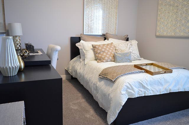 útulný pokoj s postelí