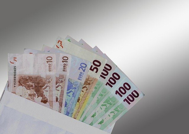 peníze v obálce