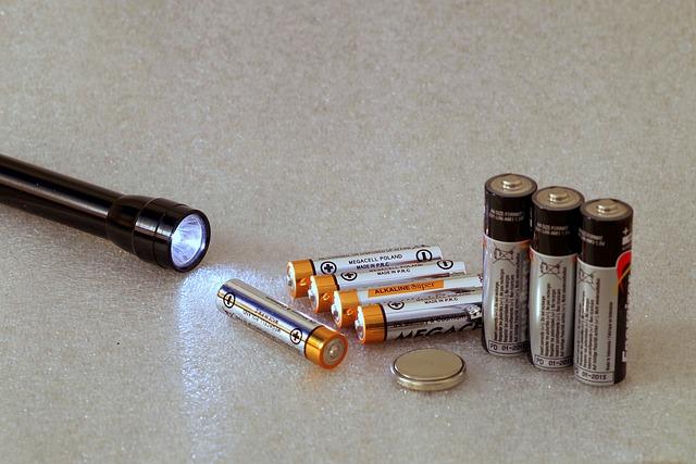 černá svítilna s bateriovými monočlánky
