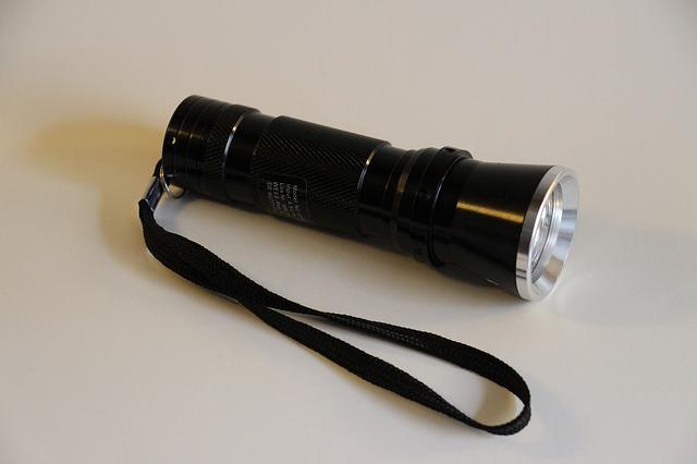 černá LED svítilna