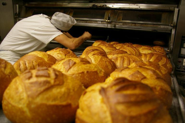 pekárna – pekař peče pečivo