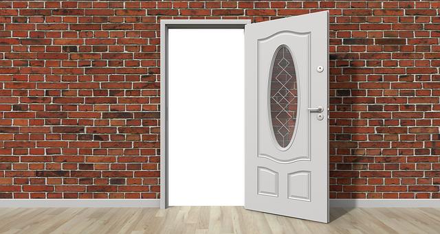 otevřené dveře, cihlová zeď