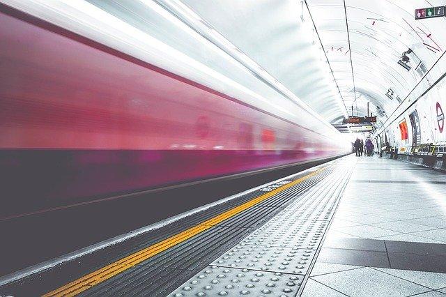 vlak vyjíždějící z nádraží